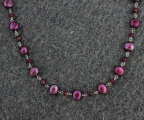 Halsband av sötvattenspärlor och rubiner